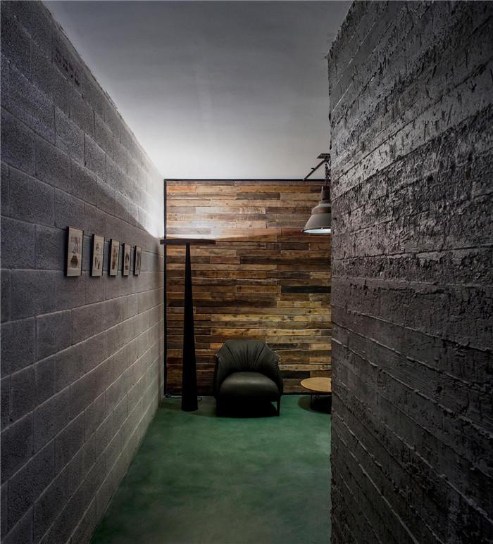 LOFT風格設計軟件公司辦公室裝修廣州辦公室裝修公司分享 主要為金融機構提供可預測的互動解決方案的公司。新辦公室在那些讓人印象深刻的照明燈具襯托下,兩層的開放式辦公室更顯得獨特時尚。   等候區的四周,圍繞著傾角不同的木柱子。簡約而清爽的會議室給整個辦公室帶來不一樣的色彩體驗。材質上好、制作精良的地毯以及家具配件,讓這里顯得溫暖而怡人。設計師Roy David對這個項目評價說,所有這些精心勾畫的細節,打造出的是一個令人印象深刻的辦公室,它讓每個看到過的人都怦然心動,久久難以忘懷。       廣州裝修設計