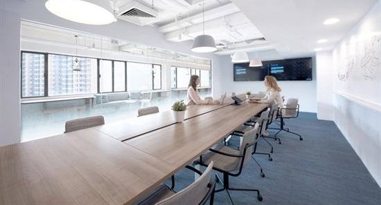 该办公室装修面积约830平方米。极简的办公室设计贯通整个空间,办公室装修设计颜色以深蓝色为主,使办公室显得更清净淡雅。办公室被分为三个区域:中间为公共区域、两端为办公区域。公共区域采光充足、视野开阔,方便员工休息、聊天、讨论。在办公区域,使用了开放式办公设计,也有采用了雾化渐变玻璃或者窗帘作为隔断,确保员工拥有私人空间。办公区域的一面墙面上绘制涂鸦,这有助于提高员工的创新性思考。此次的办公室装修设计致力于对高端舒适感的打造使得整个空间充满轻松自在的人文情怀。        广州装修设计公司,三宏装饰一直以